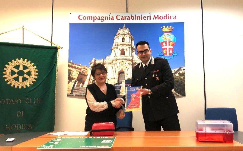 https://www.ragusanews.com//immagini_articoli/25-06-2019/rotary-di-modica-dona-defibrillatore-al-comando-carabinieri-500.jpg