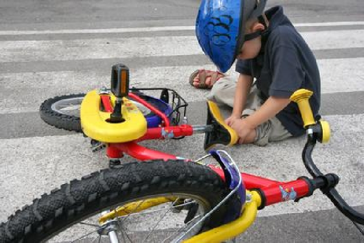 http://www.ragusanews.com//immagini_articoli/25-07-2014/bimbo-cade-da-bici-e-fa-disperare-i-genitori-500.jpg