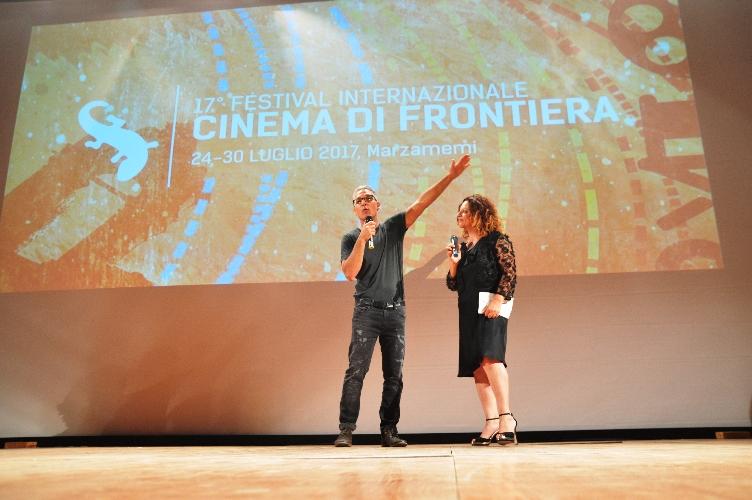 http://www.ragusanews.com//immagini_articoli/25-07-2017/beppe-fiorello-accende-piazza-applausi-guerra-cafoni-500.jpg