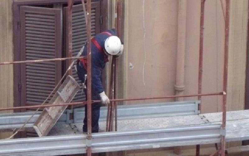 Modica, precipita dal tetto di un capannone: trasferito a Catania