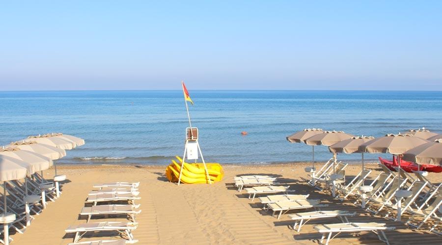 https://www.ragusanews.com//immagini_articoli/25-07-2017/sdraio-ombrelloni-abusivi-marina-fioccano-denunce-procura-500.jpg