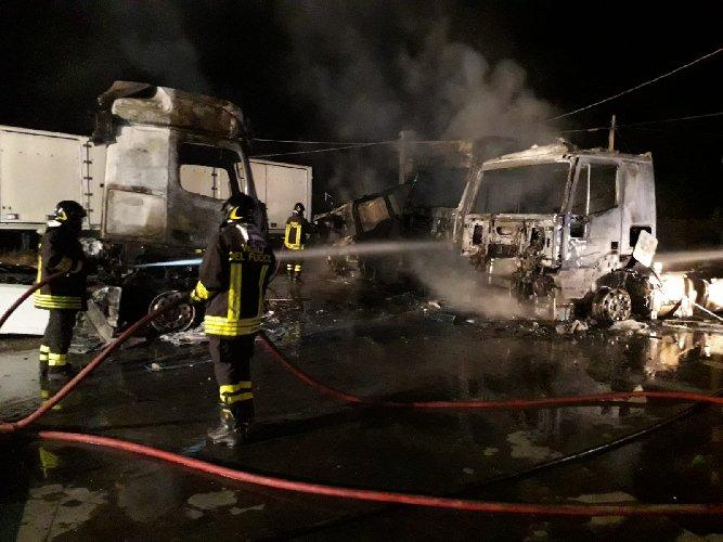 https://www.ragusanews.com//immagini_articoli/25-07-2019/1564040232-incendio-di-tre-tir-comiso-chiaramonte-1-500.jpg
