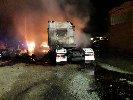 https://www.ragusanews.com//immagini_articoli/25-07-2019/incendio-di-tre-tir-comiso-chiaramonte-100.jpg