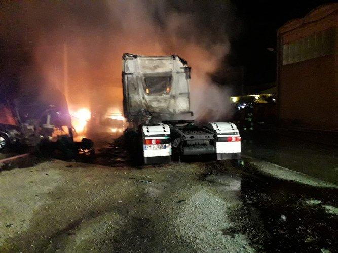 https://www.ragusanews.com//immagini_articoli/25-07-2019/incendio-di-tre-tir-comiso-chiaramonte-500.jpg