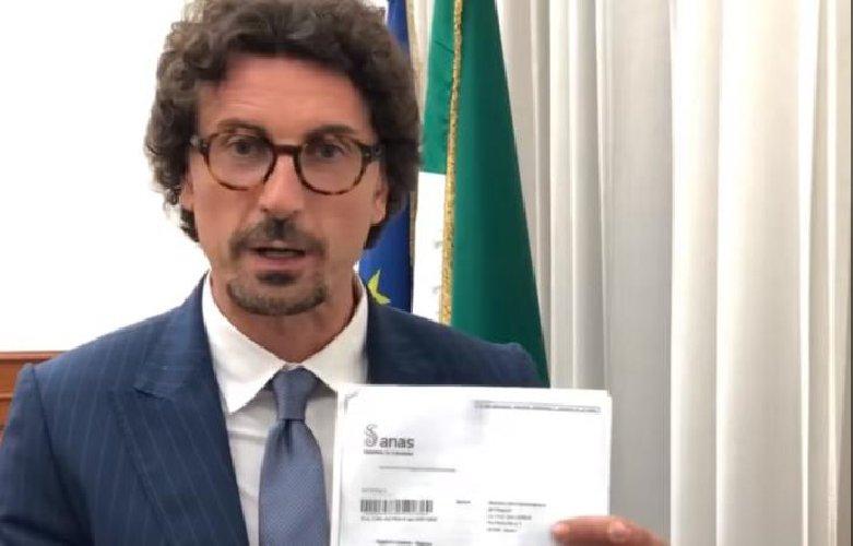 https://www.ragusanews.com//immagini_articoli/25-07-2019/toninelli-abbiamo-sbloccato-la-ragusa-catania-e-mostra-accordo-500.jpg