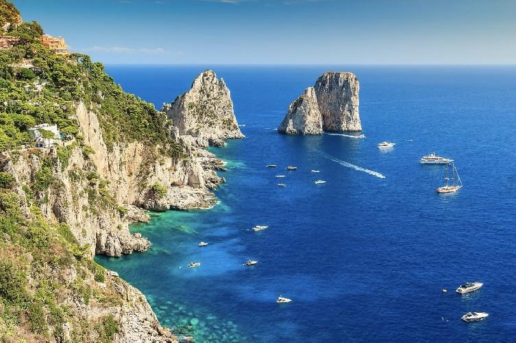 https://www.ragusanews.com//immagini_articoli/25-07-2020/capri-gli-itinerari-piu-affascinanti-500.jpg