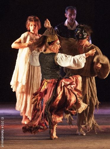 https://www.ragusanews.com//immagini_articoli/25-08-2014/teatri-di-pietra-pulcinella-e-limperatore-ultimo-spettacolo-a-kaukana-500.jpg