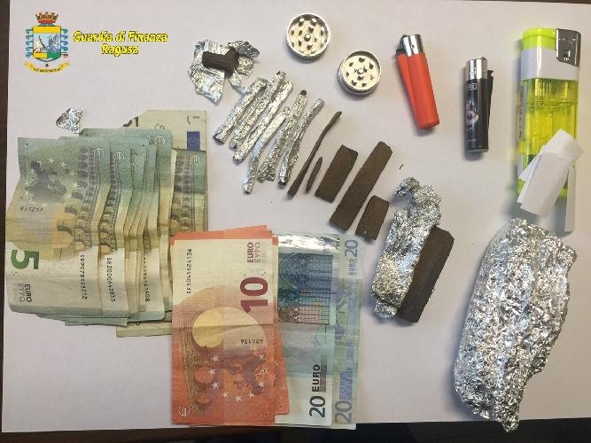 http://www.ragusanews.com//immagini_articoli/25-08-2015/droga-8-denunciati-dalla-finanza-500.jpg