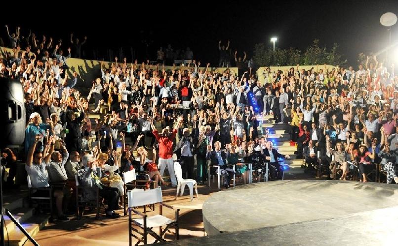 http://www.ragusanews.com//immagini_articoli/25-08-2015/fratelli-d-italia-a-sampieri-in-teatro-500.jpg
