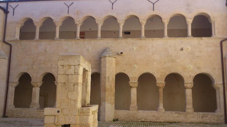 http://www.ragusanews.com//immagini_articoli/25-08-2016/modica-riapre-la-chiesa-e-il-chiostro-di-santa-maria-del-gesu-420.jpg