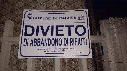 https://www.ragusanews.com//immagini_articoli/25-08-2017/1503654915-povera-marina-ragusa-sporca-1-240.jpg