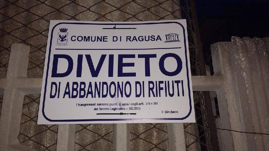 https://www.ragusanews.com//immagini_articoli/25-08-2017/1503654915-povera-marina-ragusa-sporca-1-500.jpg