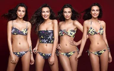 https://www.ragusanews.com//immagini_articoli/25-08-2020/1598358275-lorenza-e-scostumata-bikini-2-240.jpg