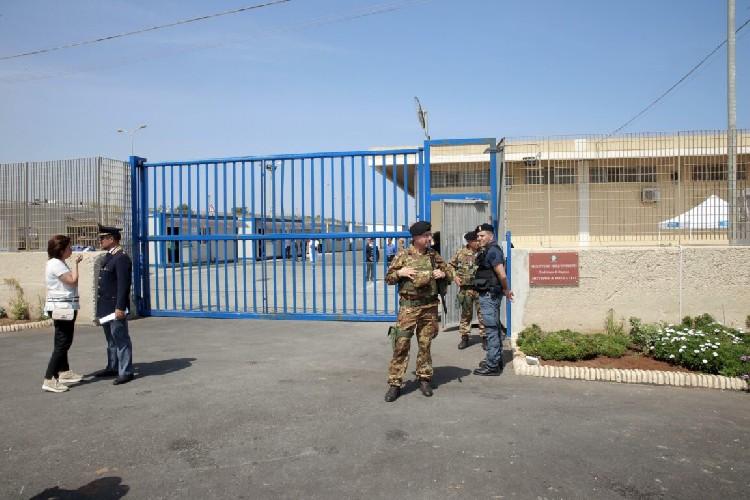 https://www.ragusanews.com//immagini_articoli/25-08-2020/trasferiti-i-62-migranti-dell-hotspot-di-pozzallo-500.jpg