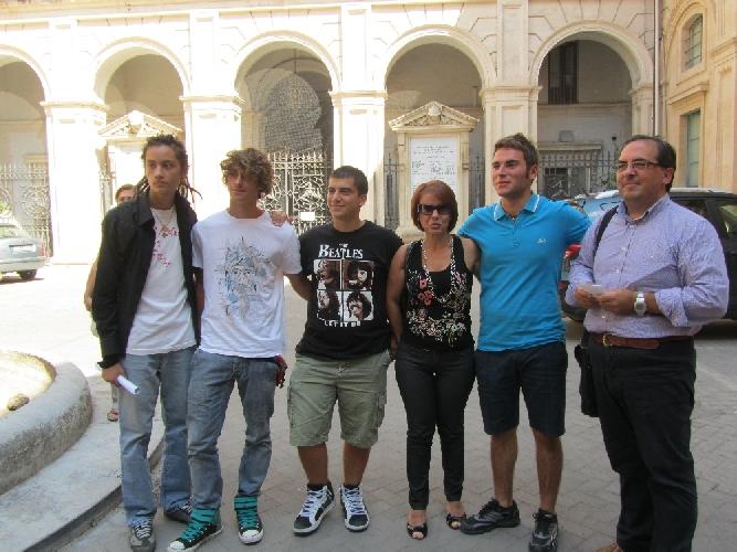 https://www.ragusanews.com//immagini_articoli/25-09-2011/la-classe-pollaio-di-modica-manifesta-in-prefettura-500.jpg
