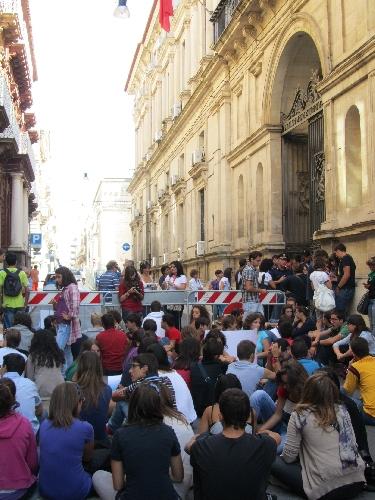 https://www.ragusanews.com//immagini_articoli/25-09-2011/modica-classe-pollaio-si-cerca-la-via-d-uscita-500.jpg