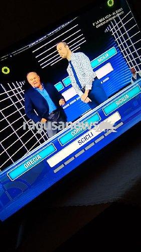 https://www.ragusanews.com//immagini_articoli/25-09-2019/gerry-scotti-omaggia-scicli-in-tv-500.jpg
