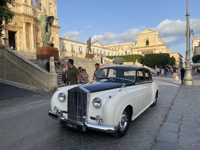 https://www.ragusanews.com//immagini_articoli/25-09-2021/1632606751-che-bella-la-rolls-royce-silver-cloud-a-noto-1-500.jpg
