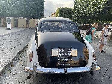 https://www.ragusanews.com//immagini_articoli/25-09-2021/1632606856-che-bella-la-rolls-royce-silver-cloud-a-noto-3-280.jpg
