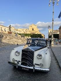 https://www.ragusanews.com//immagini_articoli/25-09-2021/che-bella-la-rolls-royce-silver-cloud-a-noto-280.jpg