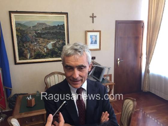 http://www.ragusanews.com//immagini_articoli/25-10-2016/tito-boeri-a-ragusa-le-pensioni-le-pagheranno-gli-immigrati-video-420.jpg
