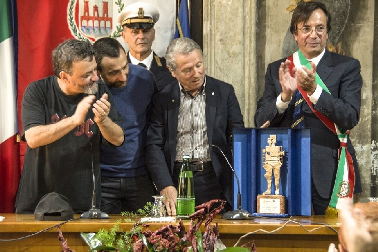 http://www.ragusanews.com//immagini_articoli/25-10-2017/manetti-bros-ricevono-premio-filoteo-alberini-500.jpg