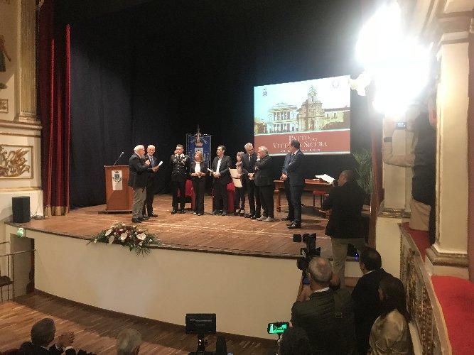 https://www.ragusanews.com//immagini_articoli/25-10-2018/capo-polizia-gabrielli-premia-coniugi-sciagura-finire-cafiso-500.jpg