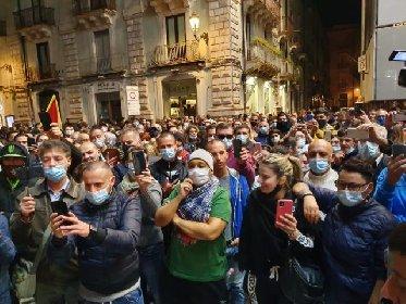 https://www.ragusanews.com//immagini_articoli/25-10-2020/misure-anticovid-commercianti-e-ristoratori-in-piazza-a-catania-280.jpg