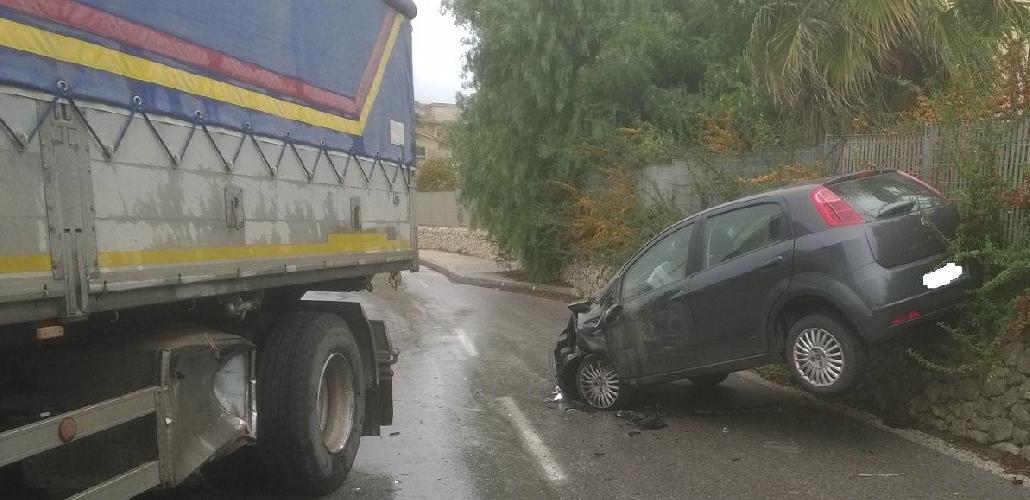 https://www.ragusanews.com//immagini_articoli/25-11-2015/incidente-spettacolare-ma-non-grave-a-modica-500.jpg