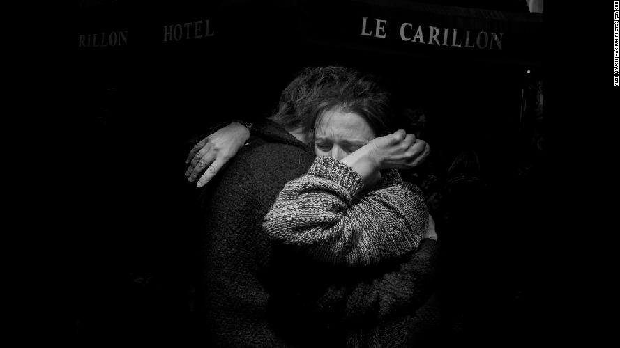 http://www.ragusanews.com//immagini_articoli/25-11-2015/parigi-il-giorno-dopo-il-fotoracconto-di-alex-majoli-500.jpg