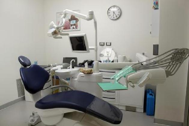 http://www.ragusanews.com//immagini_articoli/25-11-2016/falso-studio-dentistico-una-denuncia-420.jpg