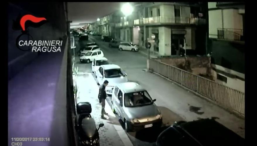 https://www.ragusanews.com//immagini_articoli/25-11-2017/ragusa-ruba-dalle-auto-carabinieri-vogliono-dargli-nome-video-500.jpg