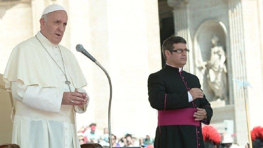 https://www.ragusanews.com//immagini_articoli/25-11-2019/lascia-il-segretario-personale-di-papa-francesco-500.jpg