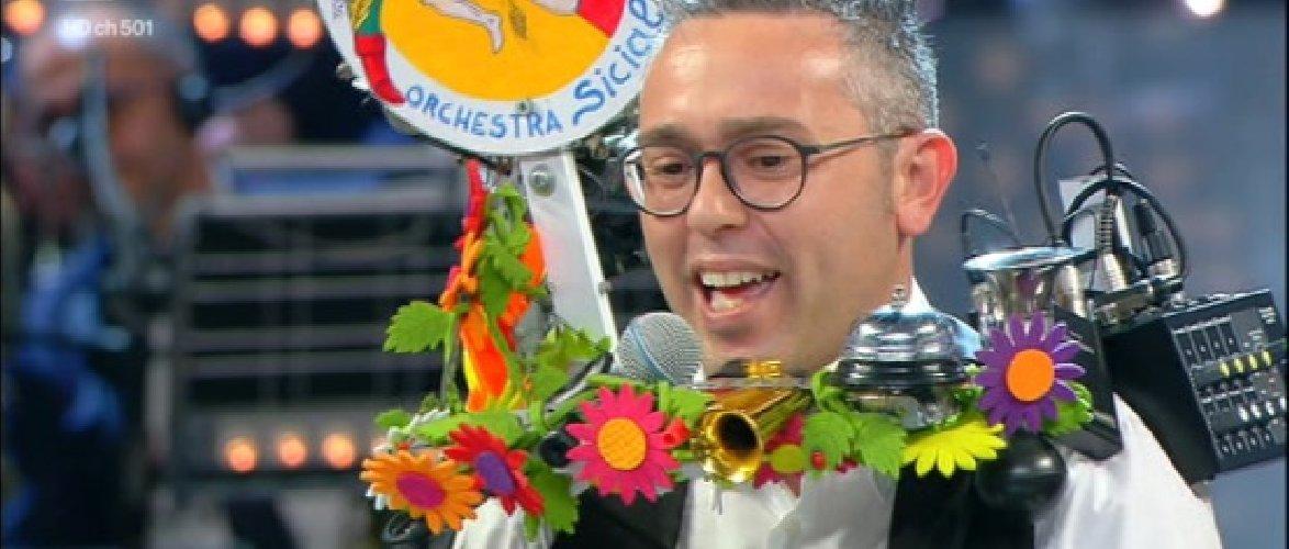 https://www.ragusanews.com//immagini_articoli/25-11-2019/tournee-in-svizzera-per-l-uomo-orchestra-siciliano-500.jpg