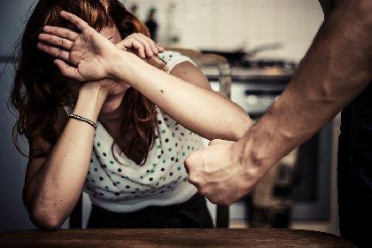 https://www.ragusanews.com//immagini_articoli/25-11-2020/due-femminicidi-nella-notte-cadavere-donna-sugli-scogli-fermato-l-amante-280.jpg