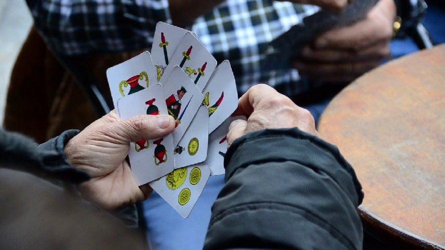 https://www.ragusanews.com//immagini_articoli/25-11-2020/sorpresi-a-giocare-a-carte-al-bar-19-multe-meta-sono-pregiudicati-500.jpg