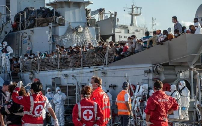 http://www.ragusanews.com//immagini_articoli/25-12-2016/sbarco-vigilia-arrivano-pozzallo-migranti-420.jpg