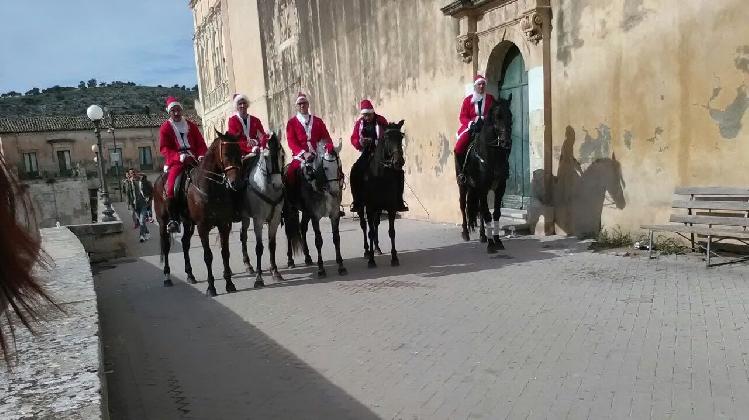 http://www.ragusanews.com//immagini_articoli/25-12-2016/scicli-babbo-natale-arriva-cavallo-420.jpg