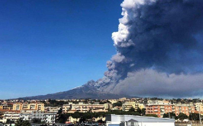 https://www.ragusanews.com//immagini_articoli/25-12-2018/eruzione-etna-movimenti-ogni-aeroporto-catania-500.jpg