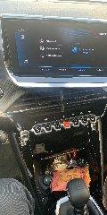 https://www.ragusanews.com//immagini_articoli/25-12-2019/1577296197-peugeot-208-gt-line-il-segreto-e-volante-4-240.jpg