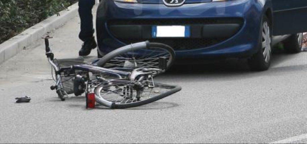 https://www.ragusanews.com//immagini_articoli/25-12-2019/auto-investe-bici-un-ferito-500.jpg