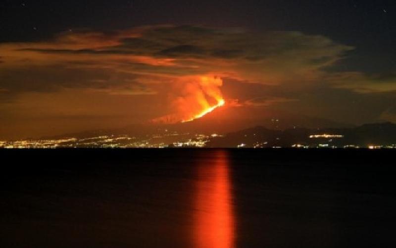 http://www.ragusanews.com//immagini_articoli/26-01-2014/etna-in-eruzione-attivita-stromboliana-diretta-video-500.jpg
