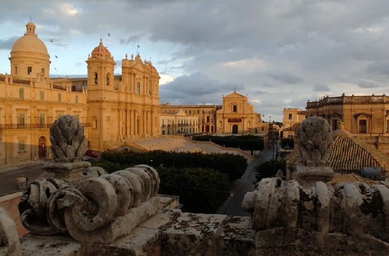 https://www.ragusanews.com//immagini_articoli/26-01-2014/larte-nella-sicilia-sud-orientale-paolo-nifosi-racconta-500.jpg