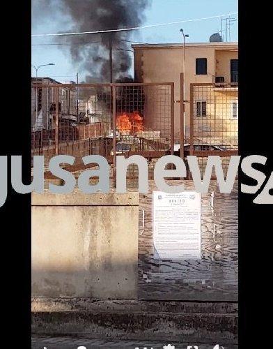 https://www.ragusanews.com//immagini_articoli/26-01-2019/auto-fuoco-pieno-giorno-jungi-500.jpg