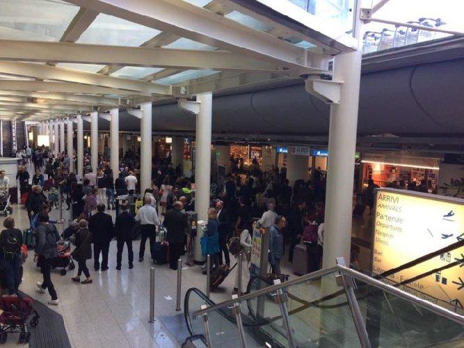 L'Etna adesso concede una tregua e l'aeroporto di Catania si riapre