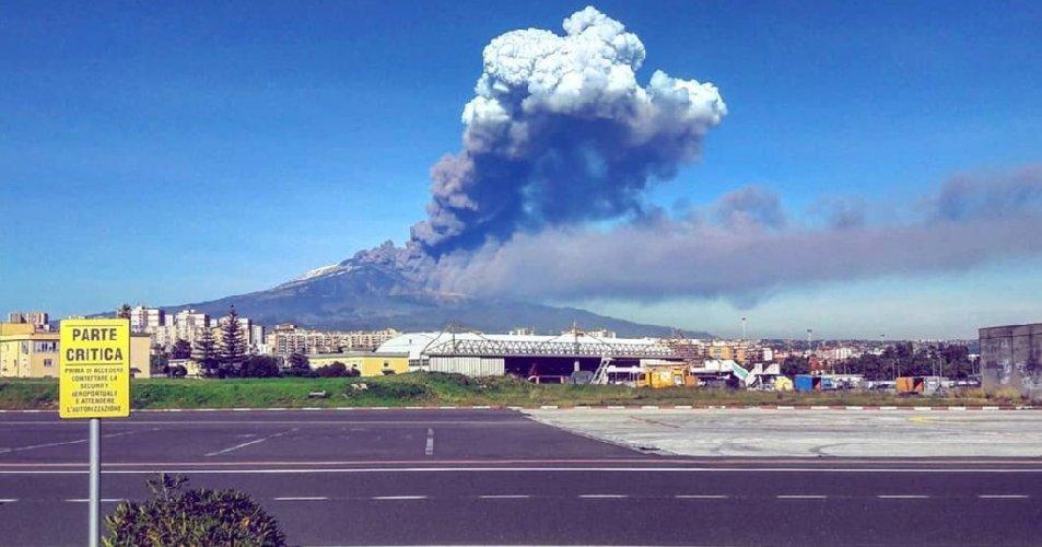 https://www.ragusanews.com//immagini_articoli/26-01-2019/eruzione-etna-aeroporto-catania-chiuso-fino-domenica-500.jpg