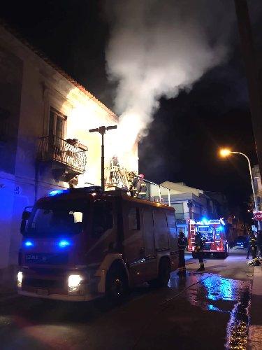 https://www.ragusanews.com//immagini_articoli/26-01-2020/incendio-in-una-casa-di-acate-500.jpg