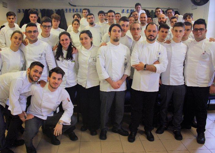 https://www.ragusanews.com//immagini_articoli/26-02-2018/chef-vincenzo-candiano-docente-ospite-scuola-alma-500.jpg