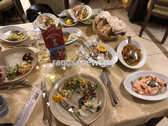 https://www.ragusanews.com//immagini_articoli/26-02-2018/pantagruelico-mene-agostiniana-hotel-forza-agro-500.jpg