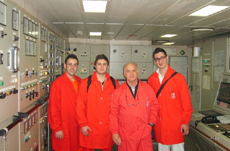 https://www.ragusanews.com//immagini_articoli/26-03-2011/gli-studenti-del-nautico-di-pozzallo-al-comando-di-una-nave-grimaldi-500.jpg